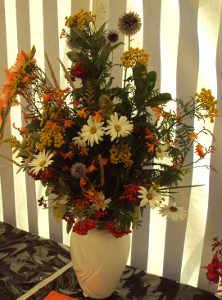 kytice z lučních květů ve váze