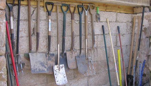 O zahradní nářadí je nutné se pečlivě starat.